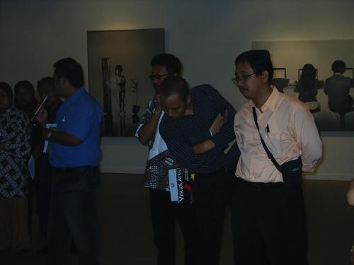 Para Peserta sedang mengapresiasi Hasil karya Seni rupa dari Perupa indonesia di Ruang Pamer Galeri Nasional